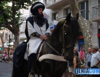 Uno de los carteros del bando moro a caballo en la calle Marqués de Campo