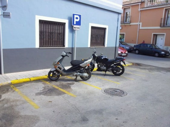 Aparcamiento de motos en la Calle La Pau