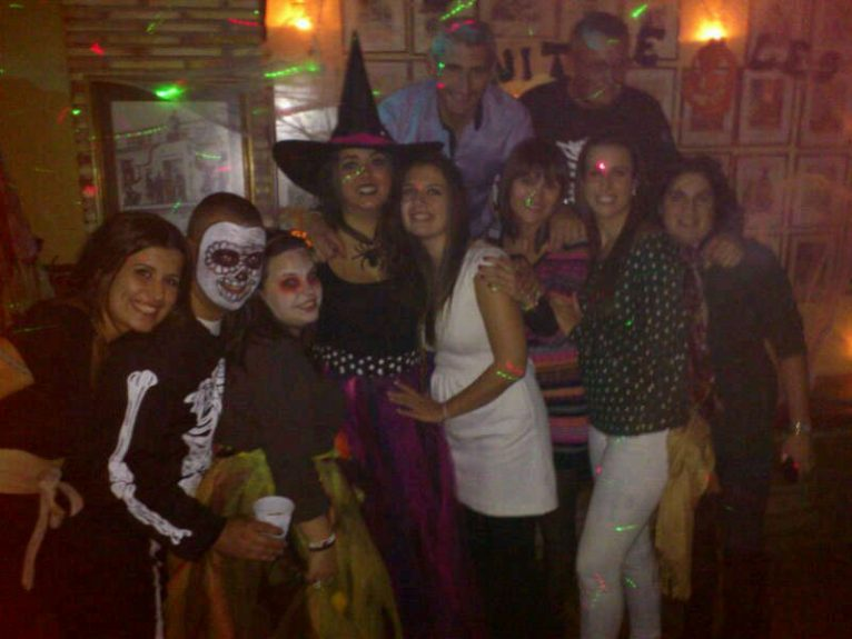 Cargos 2013 celebrando Halloween en la Falla Baix la Mar