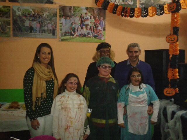 Las Falleras Mayores de Dénia junto a los cargos de Camo Roig en la noche de Halloween