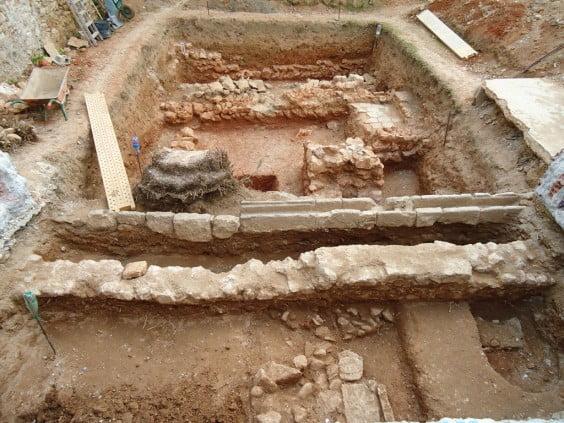 Descubren los restos de una calle andalusi junto a la calle Mayor en Dénia