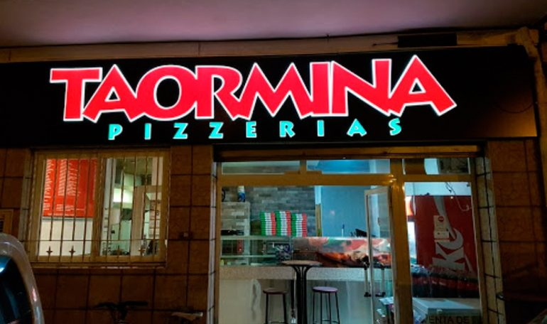 Taormina Pizzería fachada noche