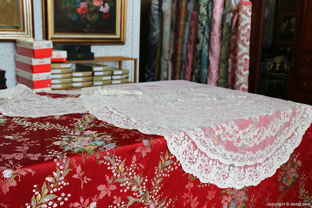 Red fabric and white tablecloths L'Espolí