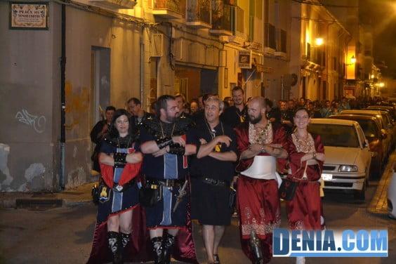 Entraeta de festeros por la calle Pare Pere de Dénia