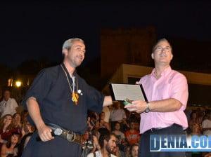 Josele Maldonado hace entrega a Miguel Torrens de una placa de reconocimiento