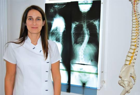 La doctora Virgine Robin trata la Escoliosis