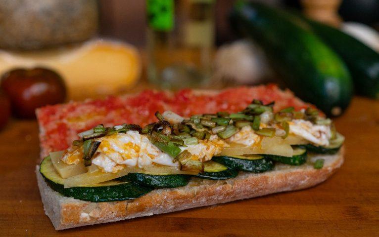 Sandwich à l'ail, au fromage et aux courgettes brouillés - El Mosset