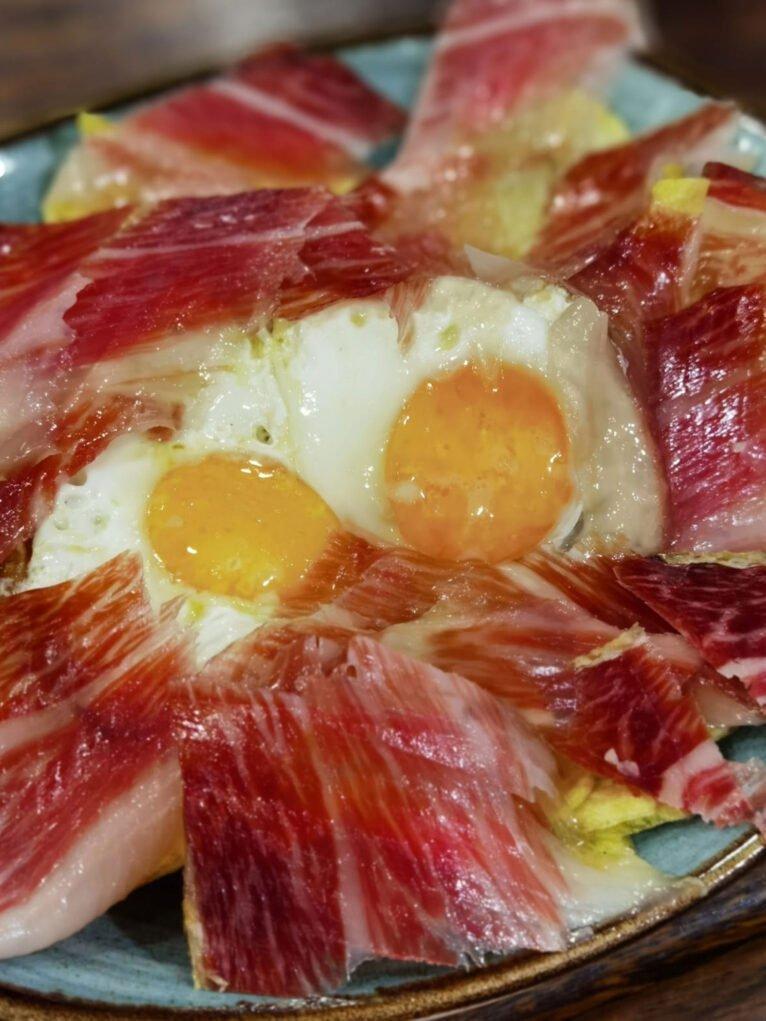 Huevos rotos con jamón en La Cuina de Pepa