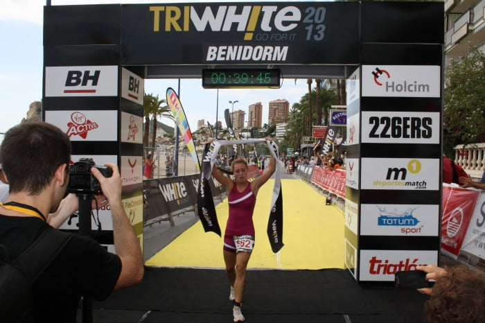 Andrea Fernández crossing the finish line