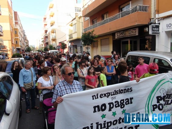 Protesters filling Patricio Ferrándiz street in Dénia