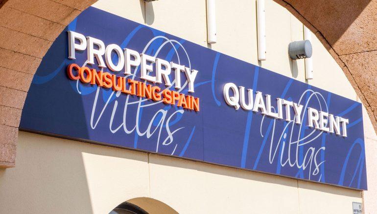 Cartel con logotipo fachada Quality Rent a Villa