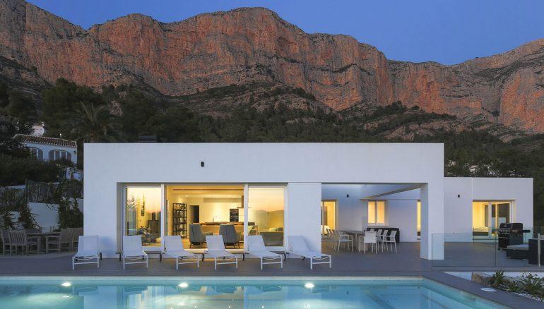 Exterior vila amb Montgó a l'esquena - Quality Rent a Vila