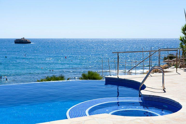 Infinity pool Quality Rent a Villa
