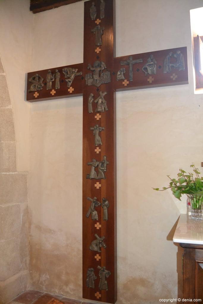 Cruz moderna con los pasos del Via Crucis