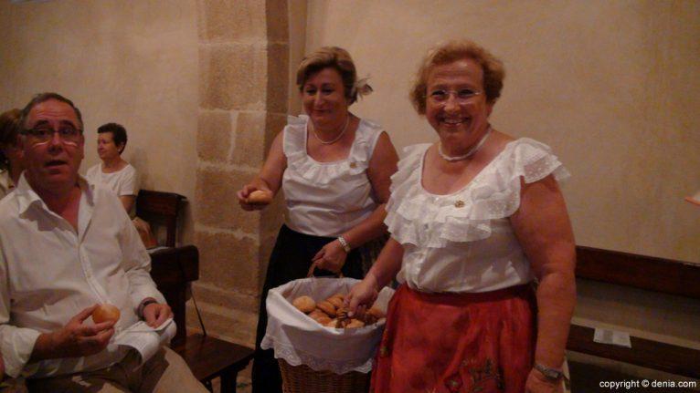 Reparto de pan bendito en San Juan