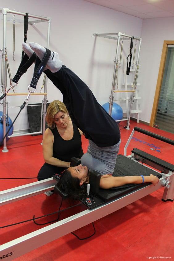 ejercicio con máquina de pilates