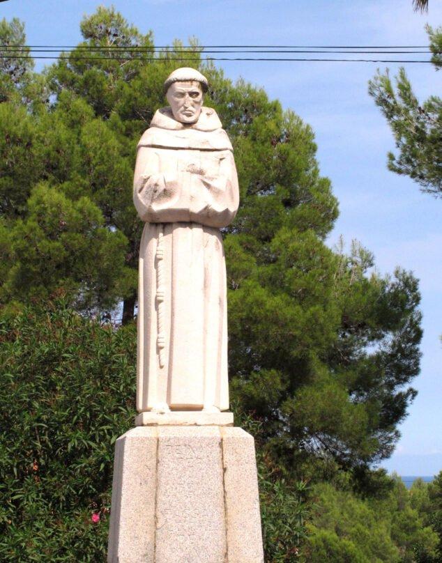 Imagen: Estatua del Pare Pere frente a la ermita | Imagen: Tino Calvo