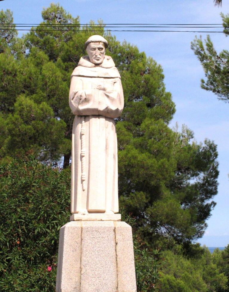 Estatua del Pare Pere frente a la ermita   Imagen: Tino Calvo