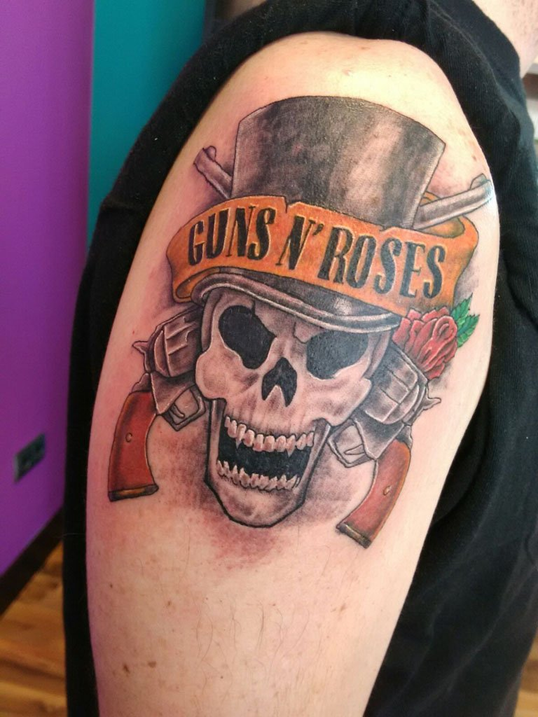 Tatuatges a Dénia - As Meigas Tattoo & Piercing - Guns & Roses
