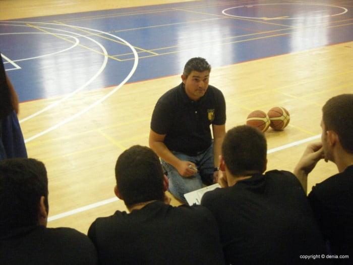Luis Suances dando instrucciones a sus jugadores