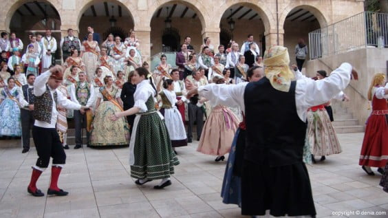 Popular dances in the street with Dianium Dansa - Dénia com