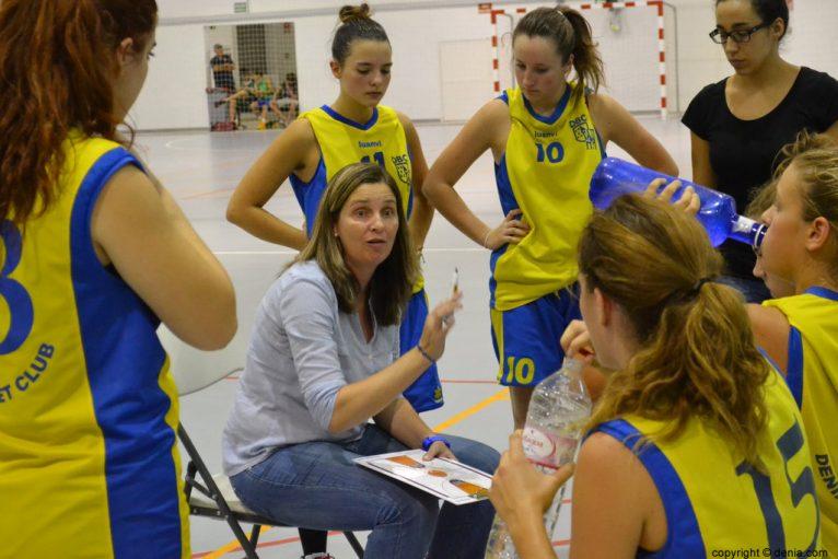 Pati Suñer entrenadora del Dénia Básquet Junior Femenino