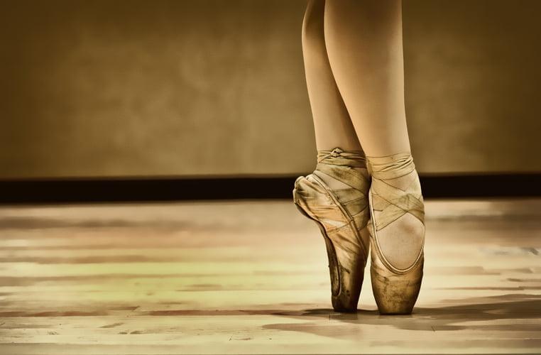 Cuando vemos a las bailarinas de ballet a parte del baile y la presentación siempre notamos el calzado que están llevando; en Zapatos Fluchos sabemos que las zapatillas de ballet tienen su historia, son un accesorio básico para este tipo de baile, son ligeros y se adaptan a cada tipo de pie, actualmente están disponibles en distintos colores tanto para hombres como para mujeres.
