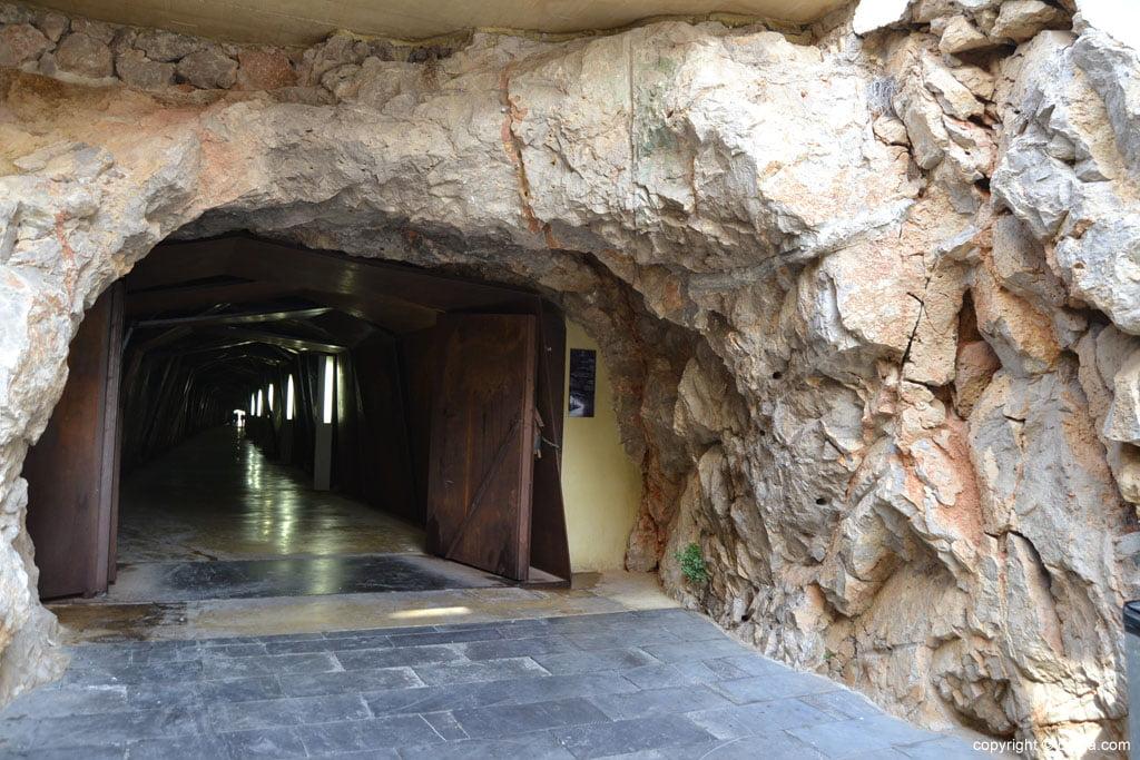 Acceso al túnel del castillo de Dénia por la Plaza del Consell