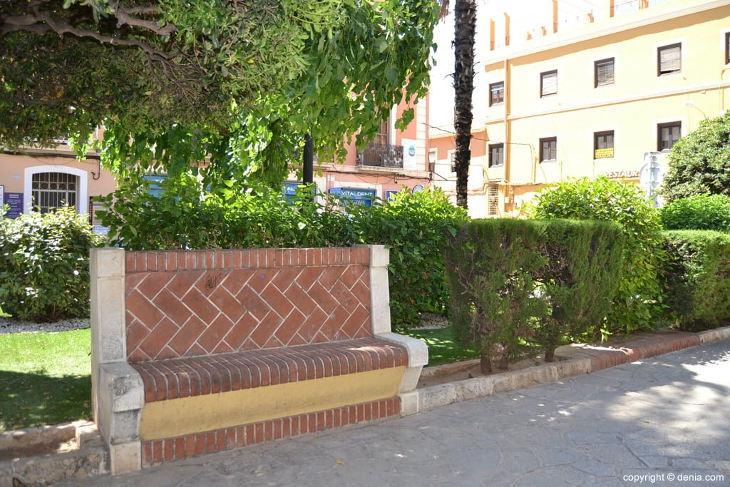 Resting bench in the Glorieta del País Valencià