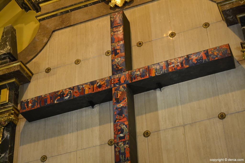 Detalle de la cruz del altar de la Iglesia de San Antonio