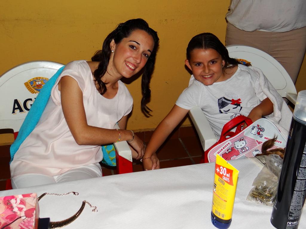 Noelia y Miriam en el taller de moños de Fallera