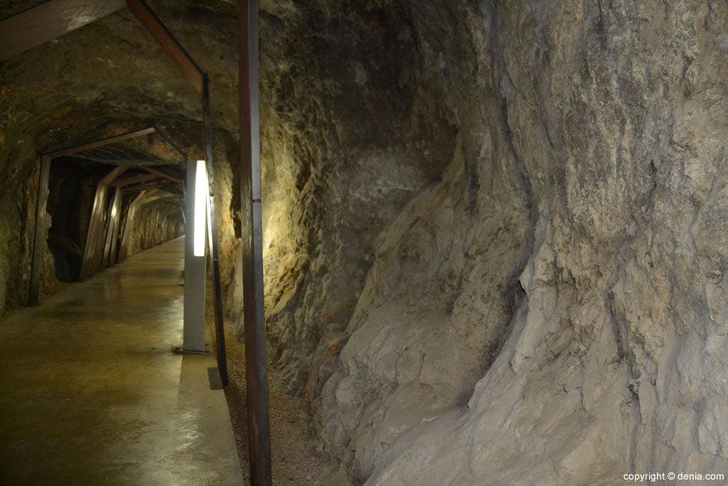 Paredes del túnel del Castillo de Dénia