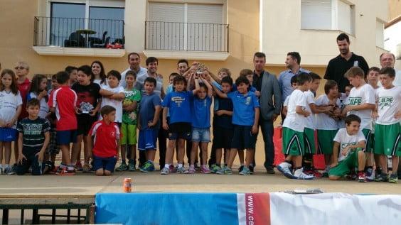 Quique García con su equipo Benjamín mixto campeón de la liga comarcal