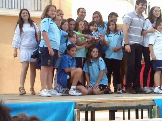 Alba Gilabert junto a sus niñas del equipo  Alevín
