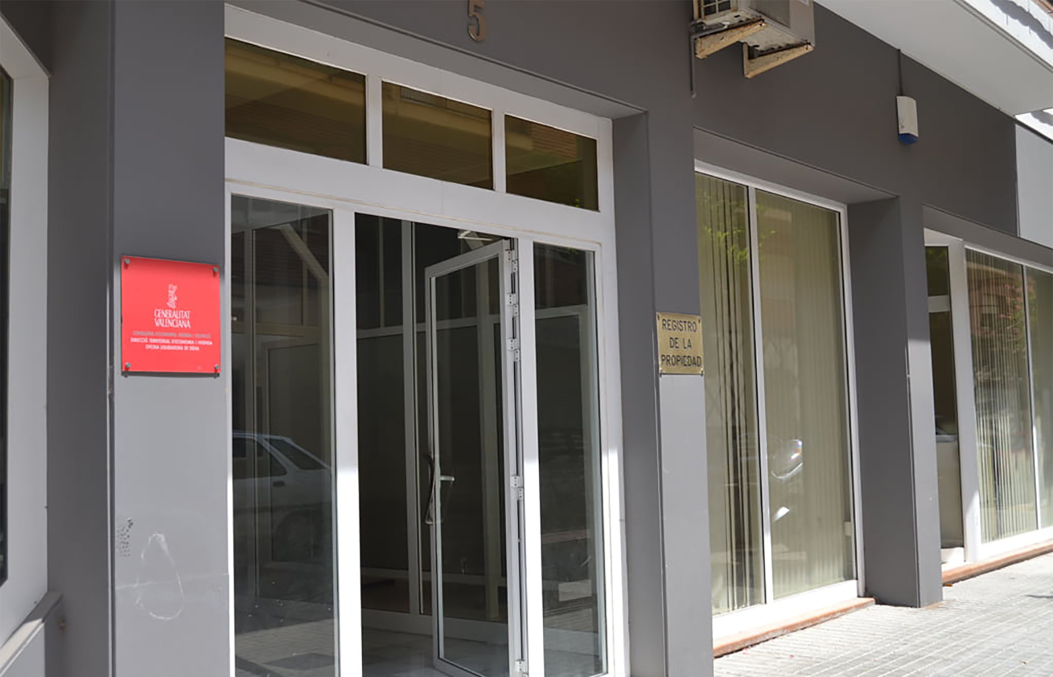 Puerta de acceso al Registro de la Propiedad de Dénia