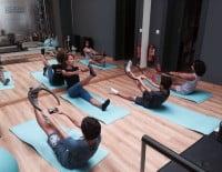 Los niños practican pilates