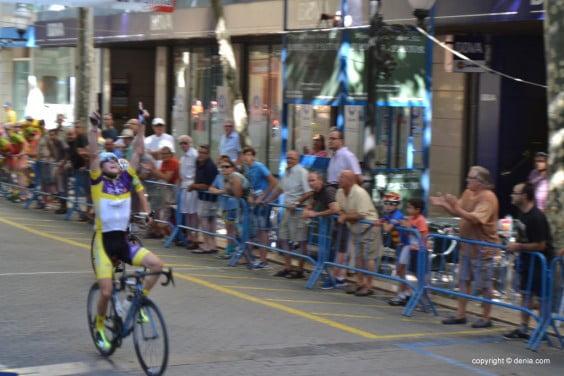 Raúl Taengua crossing the finish line