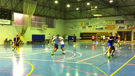 Raúl Gil controla los ejercicios de sus hombres