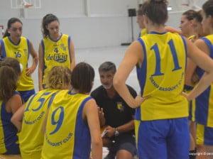 Andrés Ponce dando instrucciones a sus chicas