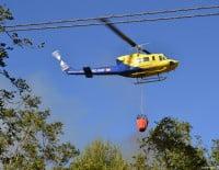 Helicoptero recogiendo agua incendio Montgo