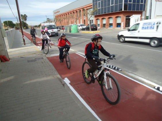 Niños circulando por un carril bici en Dénia