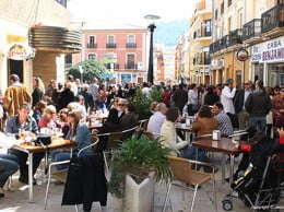 Turistas llenando las terrazas en Dénia