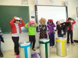 Alumnos en el taller de reciclaje