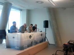 Antonio Perles presidiendo la mesa de debate