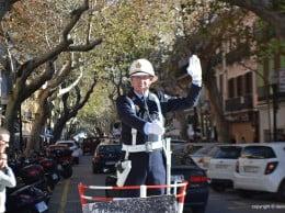 El agente Torró dirigendo el tráfico
