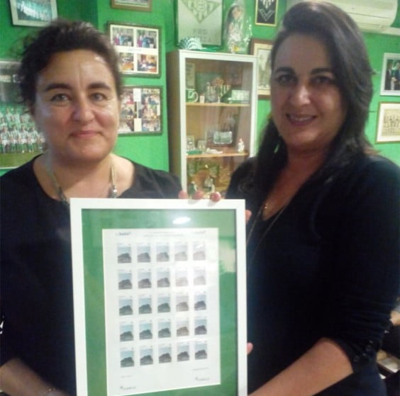 Raquel Nuñez and Nuria Alonso presenting the seal