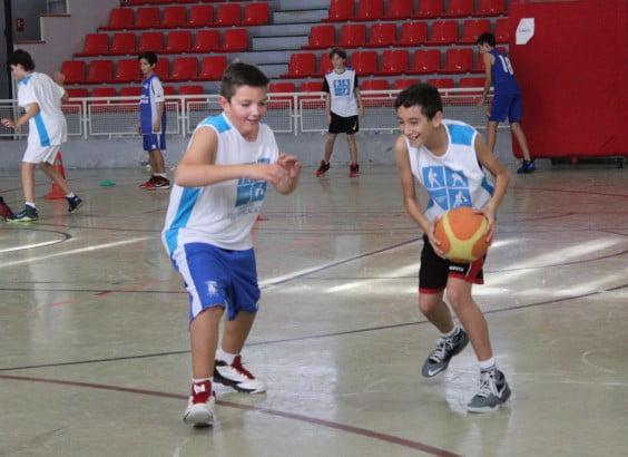 jóvenes jugadores de baloncesto