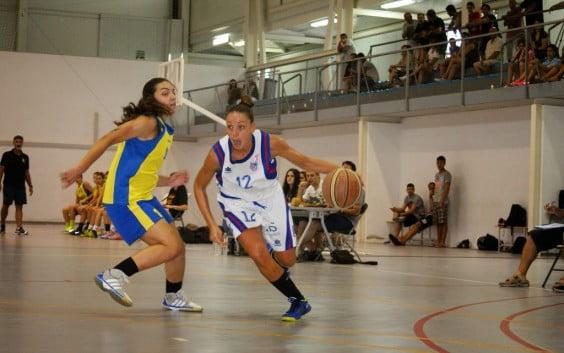 Anna Paula Palomo defendiendo a una rival