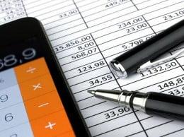 Smartphone und Stift auf Tabelle
