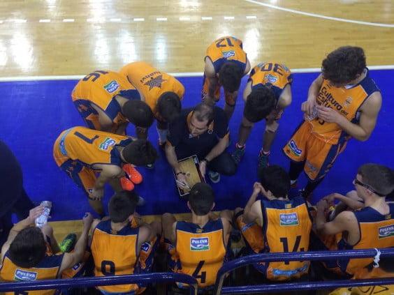 Los jugadores del Valencia Basket en un tiempo muerto